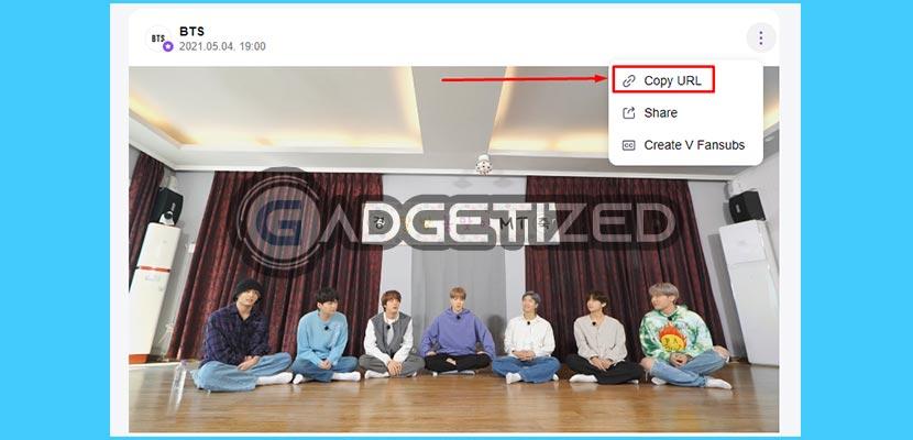 Saat menonton video silahkan klik 3 Titik di sisi kanan atas video dan pilih Salin Tautan videonya.